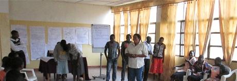 Les jeunes font les exercices sur le rôle de médiateur pendant une formation sur la transformation des conflits