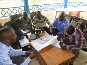 Participants élaborent un plan stratégique pour une organisation en groupe