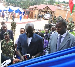 Le Deuxième vice-président de la République du Burundi assiste à la cérémonie de coupure du ruban
