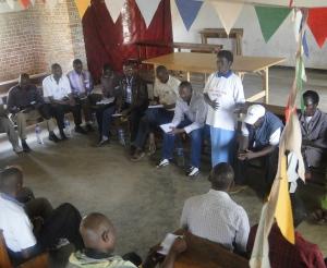 Les participants de GLPI écoutent au membre de Comité de Paix qui partage son témoignage de réconciliation