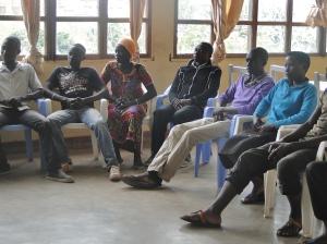 Les jeunes écoutent à la présentation