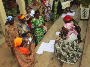 Des groupes de membres des Comités de Paix discutent la rôle des femmes dans la prise de decision pendant une formation sur la Paix et la Démocratisation en préparation des élections de 2015