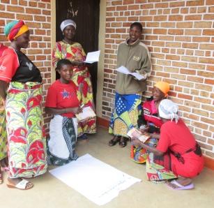 Les femmes discutent leurs rôle dans la prise de décision pendant une formation sur la Paix et la Démocratisation en préparation des élections de 2015