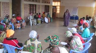 Un participant pose une question à la facilitatrice sur le rôle des femmes dans la paix et la démocratisation.