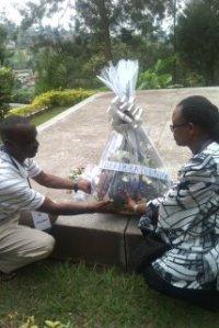 Des membres de l'équipe déposent la gerbe de fleurs au site mémorial de Gisozi où reposent 250,000 victimes du génocide