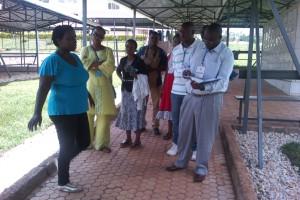 Un membre d'IBUKA explique à l'équipe de Mi-PAREC comment le site mémorial de Kicukiru Nyanza a été éligé et comment ça fonctionne pour aider les rescapés de génocide