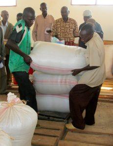 Des membres d'une association « GIRUMWETE » pèsent leurs récoltes dans le grenier communautaire de la colline KIBIMBA en commune Mabanda.