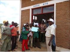 Les membres de l'association « TUGWANYINZARA » de la colline MIVO en commune MABANDA célèbrent le jour de la remise et reprise du fonctionnement du grenier communautaire de cette colline.