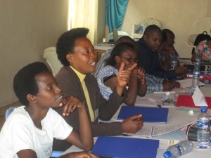 Une participante pose une question au facilitateur pendant le cours l'Analyse des conflits dans la région des Grands Lacs