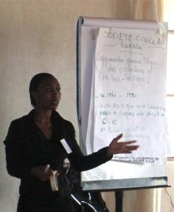 Une représentante de la délégation rwandaise présente la rôle de la société civile dans l'histoire de Rwanda