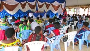 Après avoir échangé en petit groupe, des représentantes de chaque groupe ont décrit des solutions possibles pour relever les défis qui affrontent les femmes au Burundi.