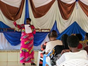 La facilitatrice présente le thème des défis majeurs d'ordre politique, social, économique et culturel qui garde comme emprise considérable la femme et la fille sur sa participation politique
