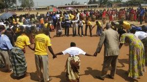 Les participants au festival joue un jeux de role pour montre que tout le un chacun doit participer pour consolider la paix
